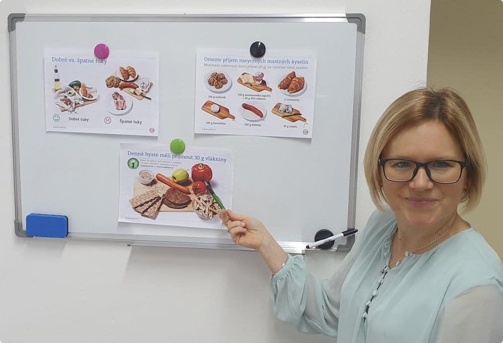 fotka ženy a tabule s naučnými materiály